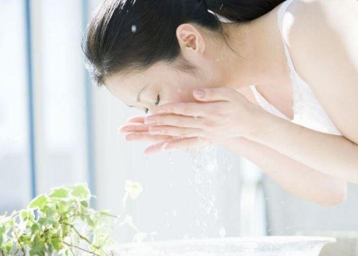 Thao tác làm sạch phải tuyệt đối nhẹ nhàng tránh làm hư tổn da
