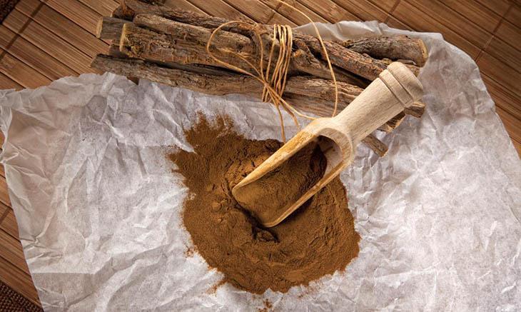 Cách trị hắc lào tại nhà với bột cam thảo được các chuyên gia da liễu khuyên dùng