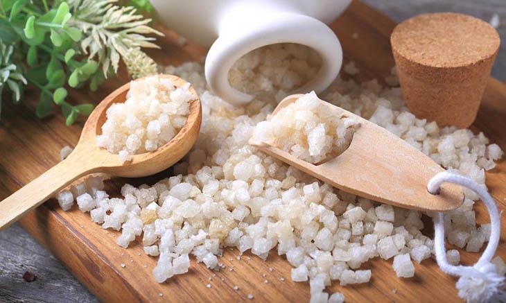 Nên chọn muối Epsom hoặc nước muối sinh lý để trị hắc lào tại nhà
