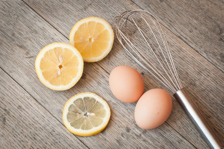 Kết hợp trứng gà cùng với chanh lấy đi lớp tế bào chết, đẩy mụn đầu đen nhanh chóng