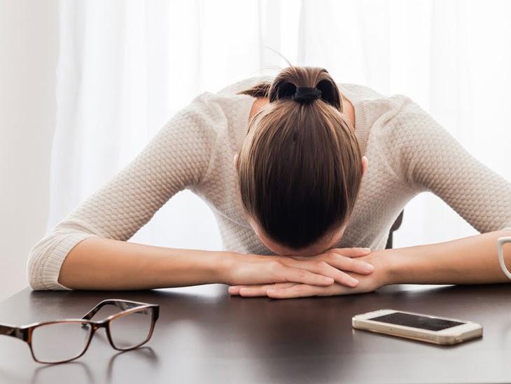 Căng thẳng, mệt mỏi cũng là một trong những nguyên nhân gây mụn sưng đỏ