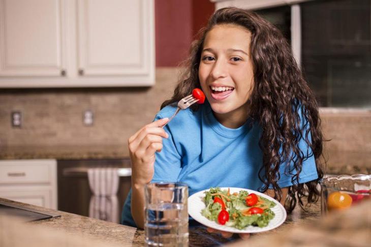 Chế độ ăn uống phù hợp sẽ giúp hạn chế mụn tuổi dậy thì hiệu quả