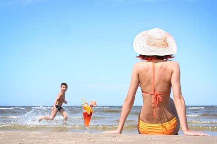 Tắm nắng giúp điều trị vảy nến nhờ tia UVB có trong ánh nắng mặt trời