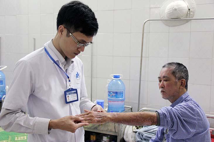 Trước khi điều trị vảy nến bằng UVB cần được kiểm tra đánh giá tình trạng bệnh từ bác sĩ chuyên khoa