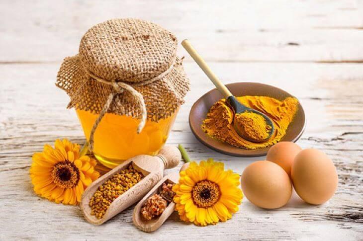 Kết hợp trứng gà với nghệ và mật ong cũng là một phương thuốc hiệu quả trị xuất tinh sớm