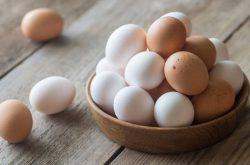 Trứng gà chứa nhiều dưỡng chất tốt da da bởi vậy trị mụn đầu đen bằng trứng gà là giải pháp hữu hiệu