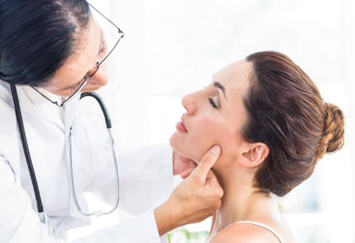 Cần đi khám bác sĩ khi thấy tình trạng da mặt bị khô sần và ngứa trở nên nghiêm trọng, không thể tự hết
