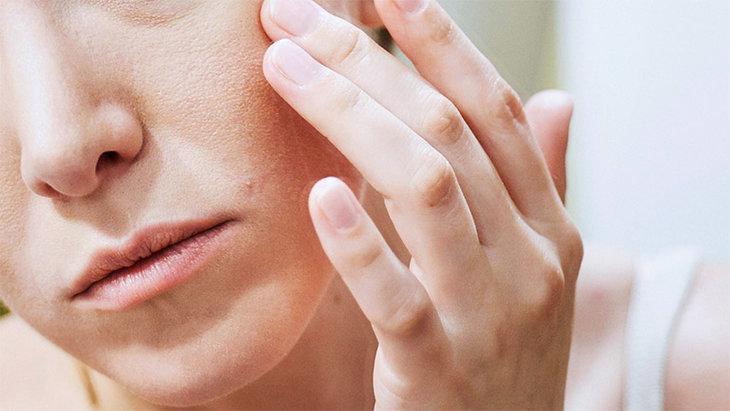 Có rất nhiều nguyên nhân khiến cho da mặt bị khô sần và ngứa