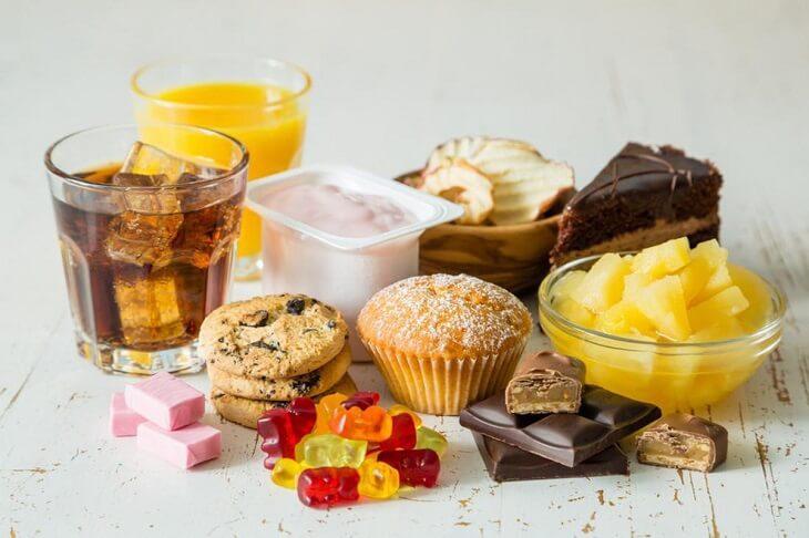 Da thâm mụn không nên ăn đồ ngọt