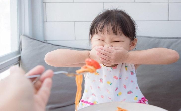 Khi mắc viêm loét dạ dày, trẻ thường chán ăn, biếng ăn kéo dài