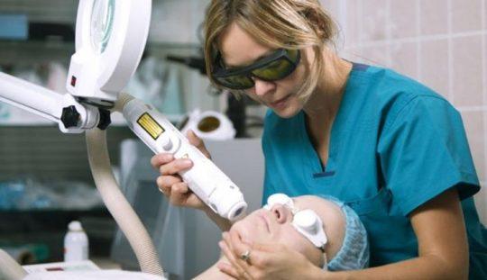 Điều trị mụn thâm bằng laser