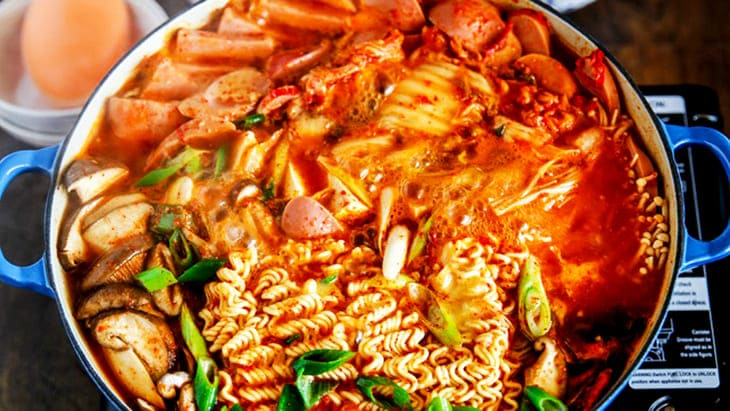 Hạn chế ăn đồ cay nóng để khắc phục tình trạng da mặt mụn