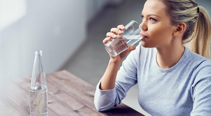 Ngoài việc dùng thuốc người bệnh còn cần tăng cường bổ sung nước cho cơ thể