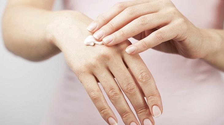 Test thử thuốc lên tay trước khi dùng trên diện rộng tại mặt
