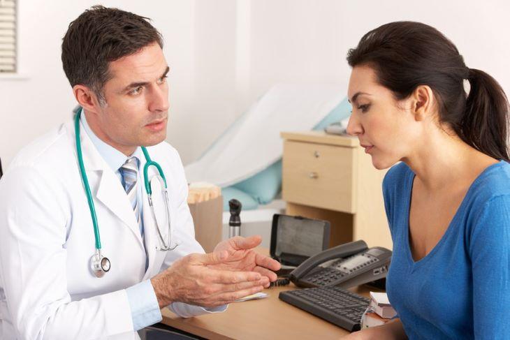 Với những trường hợp mụn nặng người bệnh nên đi gặp bác sĩ để được điều trị đúng cách