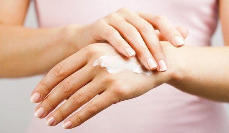 Test thử kem lên vùng da khác trước khi bôi trên mặt