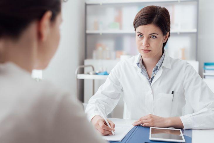 Gặp bác sĩ để được tư vấn kỹ hơn về tình trạng da của mình