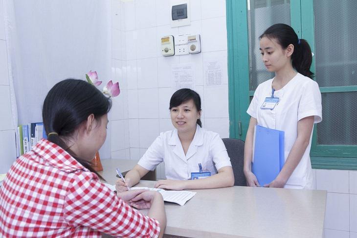 Khi thấy khí hư bất thường, chị em cần đến gặp bác sĩ tư vấn cách điều trị phù hợp
