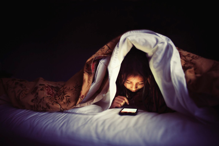 Hạn chế sử dụng thiết bị điện tử trước khi đi ngủ để tránh gây hại cho da