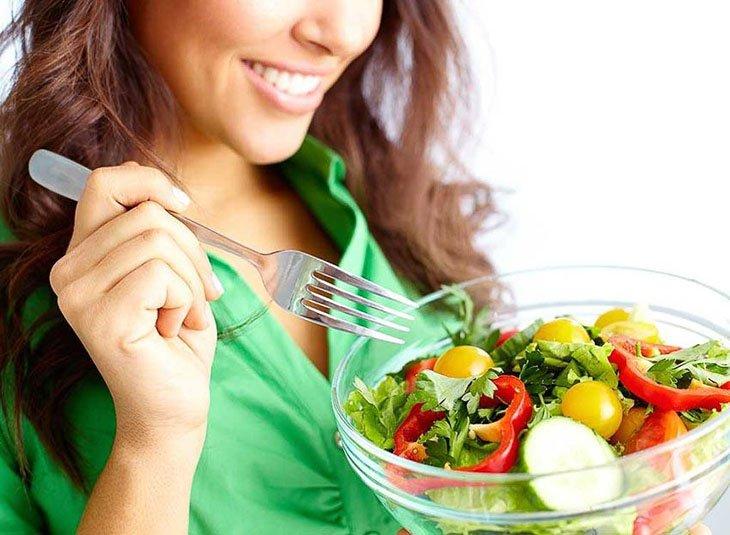Chị em nên uống nhiều nước, ăn nhiều rau xanh để phòng bệnh hiệu quả