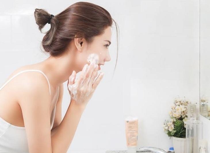 Làm sạch da mặt trước khi sử dụng serum trị mụn thâm