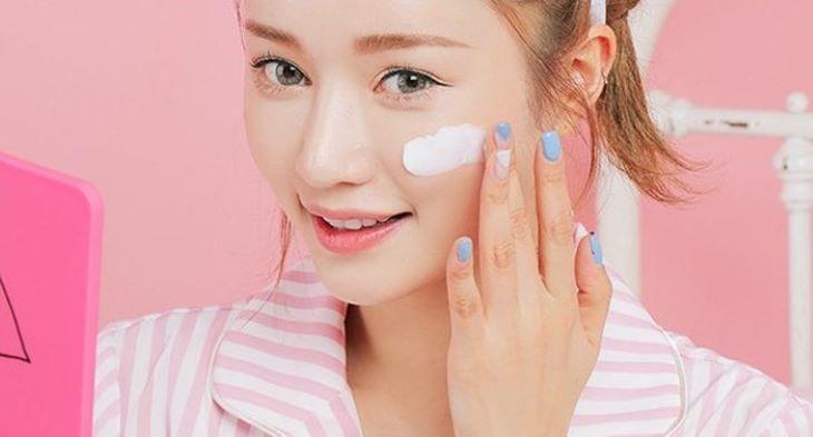 Dùng kem chống nắng để bảo vệ da khỏi tác động của tia UV
