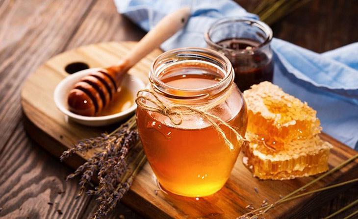 Mật ong là nguyên liệu trị mụn đầu đen an toàn cho da