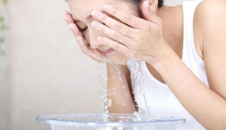 Rửa mặt sạch là một trong những bước quan trong nhằm phòng ngừa mụn ẩn hiệu quả