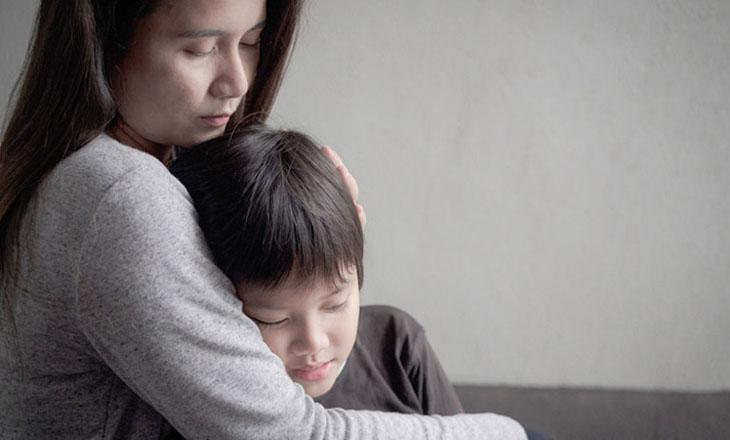 Người mẹ trẻ đau xót khi nhìn con phải chịu sự ngứa ngáy, khó chịu