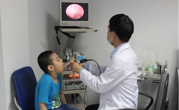 Để phát hiện viêm loét dạ dày ở trẻ em, các bác sĩ yêu cầu trẻ nội soi dạ dày