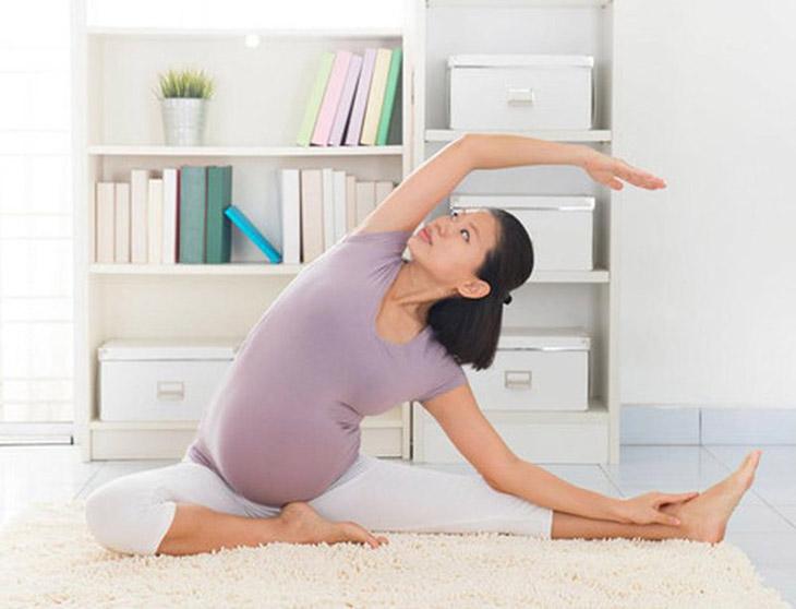 Tập luyện nhẹ nhàng, thường xuyên giúp các mẹ bầu kiểm soát được cân nặng của mình, hạn chế rạn da
