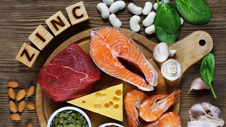 Có thể kể đến một số loại thực phẩm giàu kẽm dễ ăn như là thịt nạc, chuối, đậu lăng, nho khô…