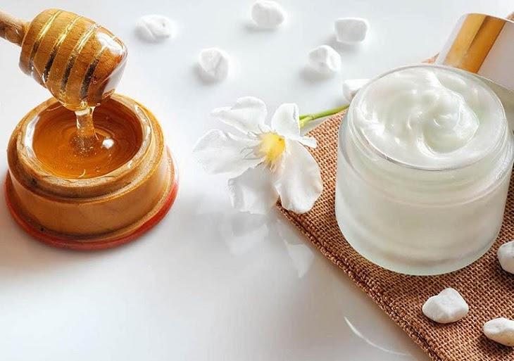 Kết hợp mật ong và sữa chua bôi lên vết rạn da