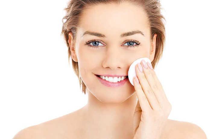 Chỉ nên vệ sinh da mặt sạch sẽ bằng nước muối sinh lý hoặc nước sạch đun sôi để nguội
