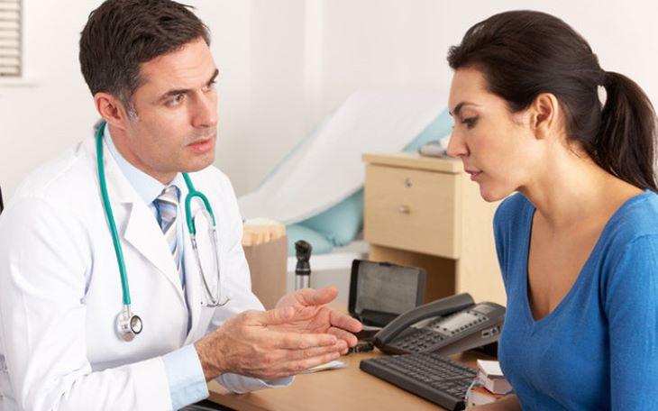 Với những trường hợp mụn nặng, người bệnh nên đi khám và điều trị y khoa