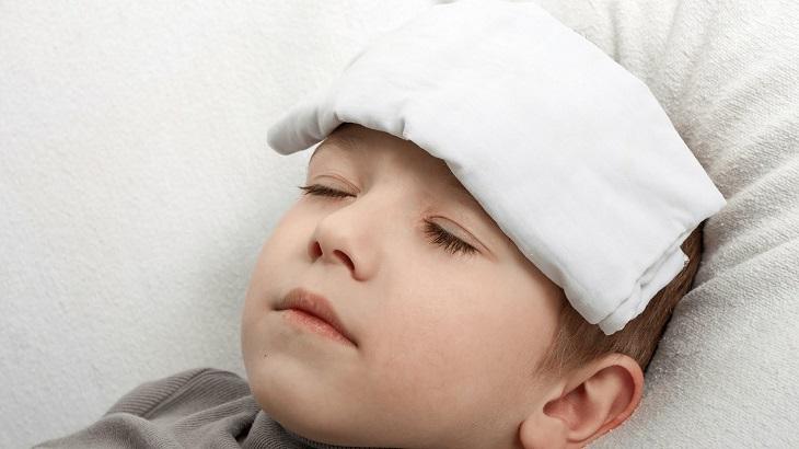 Chườm khăn giúp cơ thể tản nhiệt và hạ sốt nhanh chóng