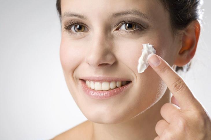 Cách trị mụn bọc bị chai bằng kem đánh răng là phương pháp được nhiều người áp dụng