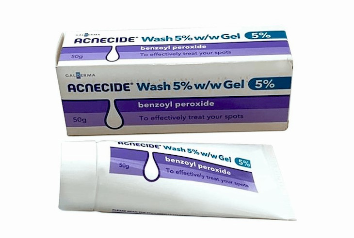 Benzoyl peroxide có tác dụng ức chế sự phát triển của mụn