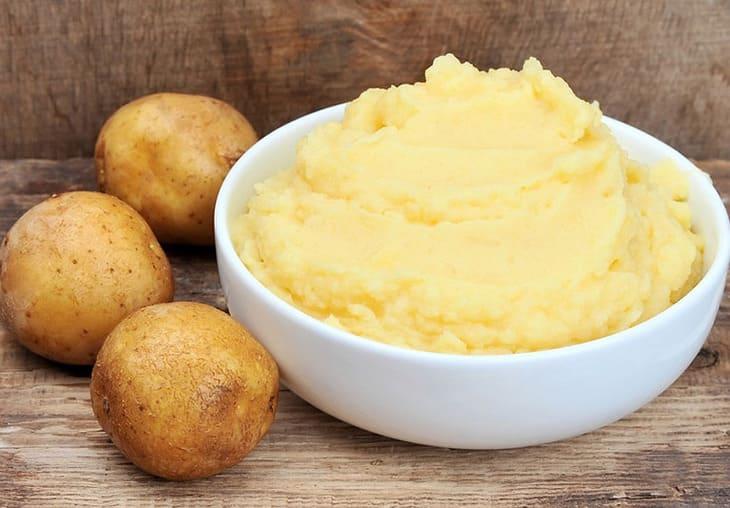 Đắp khoai tây tươi để đẩy lùi tàn nhang sau sinh