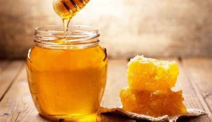 Trực tiếp thoa mật ong nguyên chất lên vùng thâm mụn