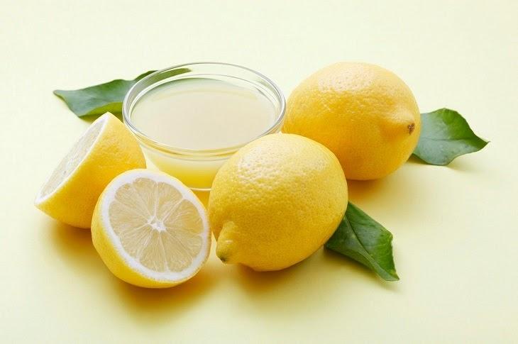 Nước cốt chanh có chứa lượng lớn axit citric vì thế nước cốt chanh có khả năng làm làm sáng sắc tố da, chữa lành vết rạn