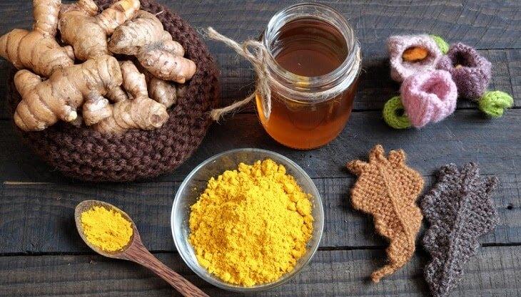 Tinh bột nghệ và mật ong có thể làm mờ vết rạn da