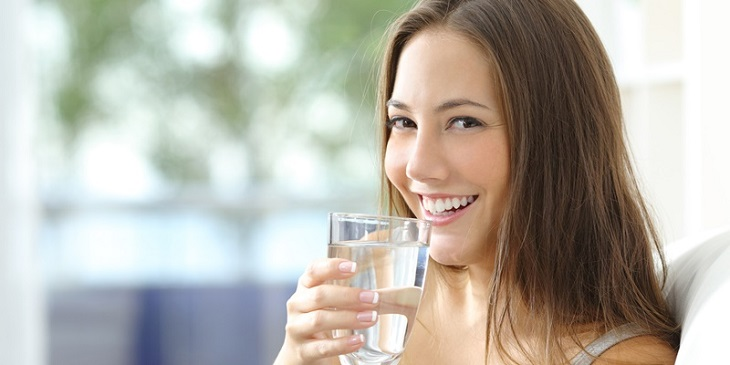 Uống nhiều nước khi bị mụn thâm