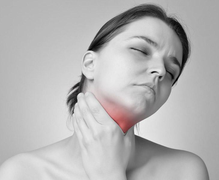 Viêm amidan mãn tính gây đau họng và ho khan