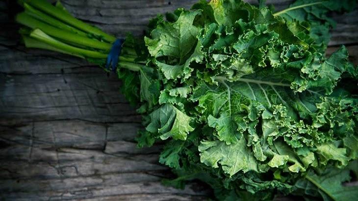 Mẹ nên ăn các loại rau xanh như rau cải xoăn, rau bina, bông cải xanh...