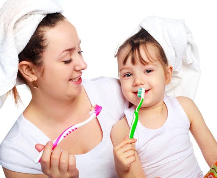 Vệ sinh răng miệng thường xuyên và đúng cách là phương pháp khắc phục tình trạng hôi miệng do viêm họng hạt