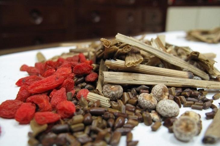 Đông y có tác dụng cải thiện các triệu chứng đau bụng, nóng rát, buồn nôn hiệu quả