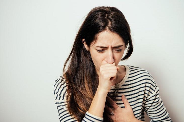 Người bệnh viêm họng mãn tính quá phát ho khan nhiều vào sáng sớm và đêm khuya