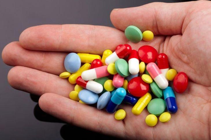 Người bệnh có thể dùng một số loại thuốc uống, viên đặt để điều trị căn bệnh này