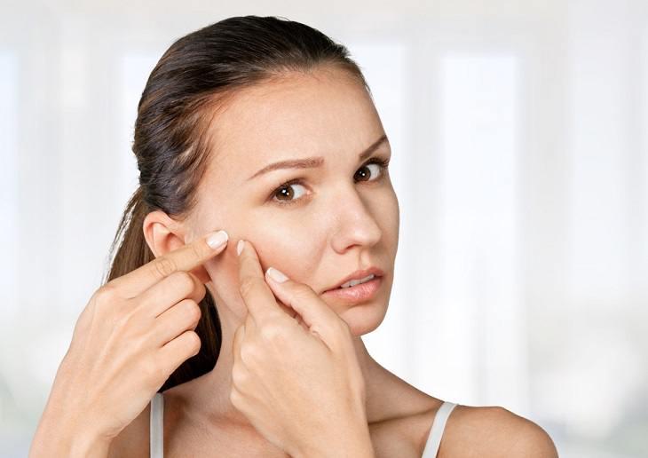 Trong khi dùng Acnes Medical Cream trị mụn thấy có gì bất thường, bạn hãy đi gặp bác sĩ ngay